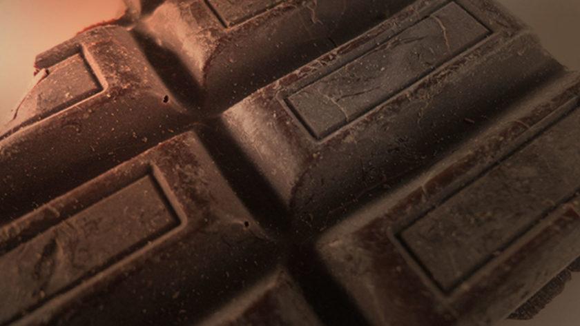 Co znamená bílý povlak na čokoládě